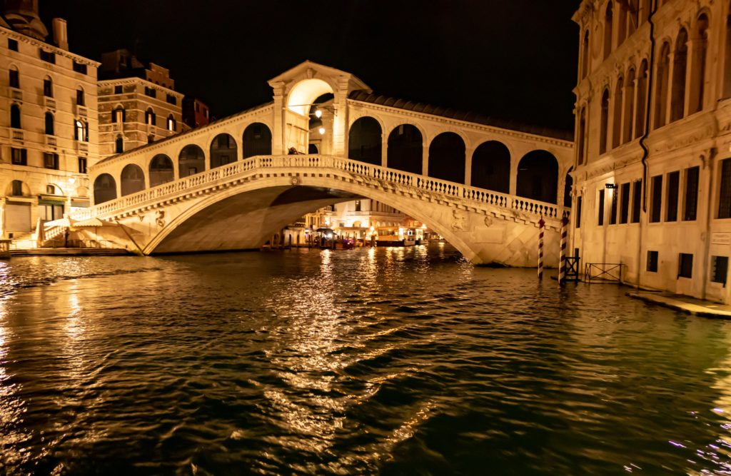 Rialtobrücke bei Nacht