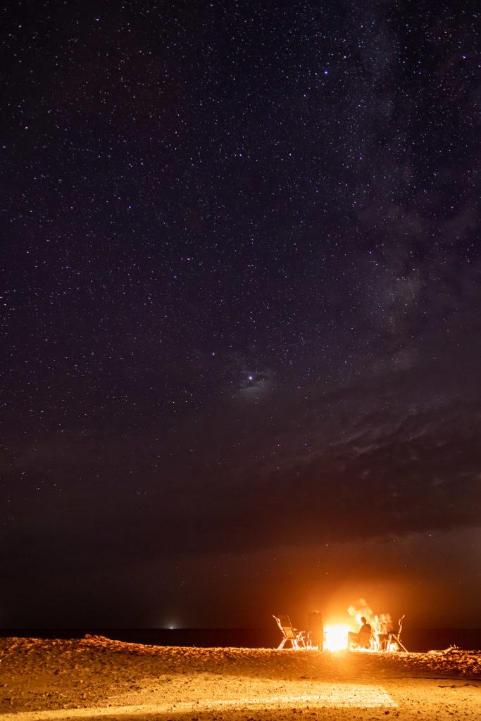 Lagerfeuer und Sternenhimmel